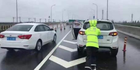 """台风""""烟花""""登陆后首个工作日 上海早高峰交通安全有序"""