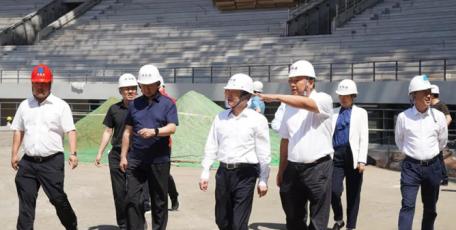 榆林市委副书记张胜利携十七运赞助商赴榆林市体育中心项目观摩